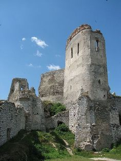 Cachtice castle, Slovakia - home to mass murderer Countess Elizabeth Bathory Bratislava, Elizabeth Bathory, Castle Ruins, Cathedral Church, Beautiful Castles, Ancient Ruins, Central Europe, Old Buildings, Eastern Europe