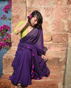 We've watched an Indian movie even once in our lives and we've all been charmed with these colorful traditional outfits, saree styles. Khadi Saree, Saree Photoshoot, Stylish Sarees, Saree Look, Elegant Saree, Designer Sarees Online, Indian Designer Outfits, Saree Styles, Saree Blouse Designs