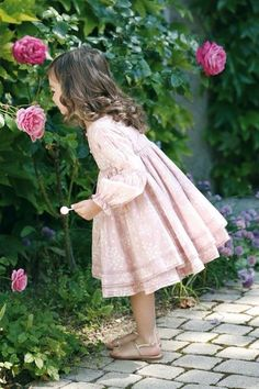 Lovely little girls and roses Outfits Niños, Beautiful Children, Kind Mode, Little Princess, Cute Kids, Baby Kids, Kids Fashion, Flower Girl Dresses, Flower Girls
