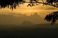 Le coucher du soleil sur les montagnes de Kandy