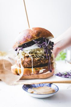 Burger végé + choucroute + pain de bretzel Pain Burger, Salmon Burgers, Hamburger, Ethnic Recipes, Food, Liquid Smoke, Sauerkraut, Pretzels, Hamburgers