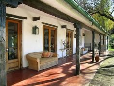 I bet the porch roof is just long enough to shade the walls in summer. Hacienda Homes, Hacienda Style, Village House Design, Village Houses, Spanish Style Homes, Spanish House, Spanish Revival, Spanish Colonial, Mexico House