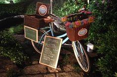 Depois dos foodtrucks, chegou a vez das bicicletas conquistarem ruas e paladares. Saiba quais foodbikes se destacam em São Paulo e no Rio de Janeiro e aprenda um make leve para celebrar dias deliciosos ao ar livre Food Truck, Mobile Food Cart, Bike Food, Bike Cart, Food Park, Pink Bike, Meals On Wheels, Business Baby, Candy Cart