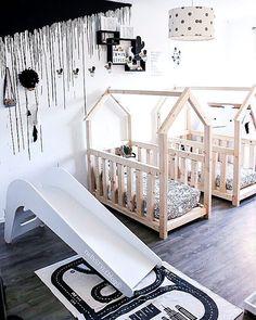 Schlafbetten - Hausbetten für Zwillinge in Schwarz-Weißem Kinderzimmer.