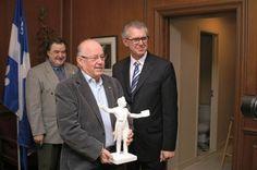 L'ex-premier ministre Bernard Landry, en compagnie de Benoît Roy (à droite) et de Gilles Rhéaume, respectivement président et membre du Comité du mémorial.