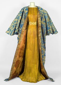 Fortuny-styled paper dress by Isabelle de Borchgrave - incredible artistry. Valentino Couture, Paper Fashion, Fashion Art, Gothic Fashion, Fashion Fashion, Vintage Outfits, Vintage Fashion, Collection Couture, Mode Boho