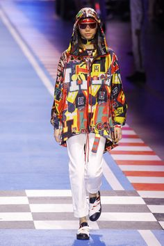 See all the Collection photos from Tommy Hilfiger Spring/Summer 2018 Ready-To-Wear now on British Vogue Tommy Hilfiger Looks, What Is Fashion, Vogue Russia, Trends, Fashion Show Collection, Winter Collection, Spring Summer 2018, Fashion 2018, Fashion History