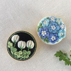 ハンドメイドマーケット+minne(ミンネ)|+ご注文品刺繍ブローチ3.0+ネモフィラ&野原いっぱい Indian Embroidery, Embroidery Jewelry, Floral Embroidery, Beaded Embroidery, Embroidery Stitches, Hand Embroidery, Creative Embroidery, How To Make Buttons, Fabric Jewelry