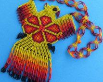 Águila mexicana Huichol amarillo y collar Peyote rojo