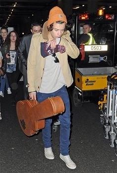Image from http://www.onedirection.net/wp-content/uploads/2013/01/harry-styles-airport-2.jpg.