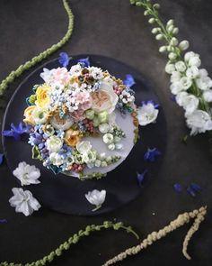 ㅡ Ecological soo 환경과 생물과의 아름다운 공존관계 party cake design. Soocake 우아한 유진쌤의 연구반 주제  ㅡ  #flower #cake #flowercake #partycake #birthday #weddingcake #buttercreamcake #buttercream #designcake #soocake #플라워케익 #수케이크 #꽃스타그램 #버터크림플라워케이크 #베이킹클래스 #플라워케익클래스 #생일케익 #수케이크 #델피늄 www.soocake.com vkscl_energy@naver.com