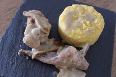 Il pollo alla cacciatora è sicuramente annoverato fra le ricette classiche italiane che bisogna assolutamente conoscere e provare almeno una volta, come le lasagne con il ragù alla Bolognese, i cappelletti in brodo o il pesto alla genovese.  Come tutte le ricette tradizionali, non mancano certo le