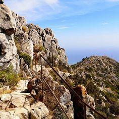 Widoki ze szczytu Monte Calamorro zapierały dech w piersiach 💚🍀 Wyjazd kolejka TELEFERICO to fajne przeżycie! Zobaczyć całe wybrzeże z góry - bajka! . Dziś na blogu wylądował nowy wpis z Costa del Sol 💚 Mnóstwo pięknych zdjęć ze szczytu czeka! Zobaczcie Kochani na blogu 💚 . #montecalamorro #monte #andrescalamaro #calamorro #monteview #mountainlovers #mountains🗻 #mountainsview #mountainview #benalmadena #costadelsol #andalucia_turismo #andalucia_natura @itakapl @travellingthroughtheworld…