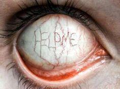 ojo con letrero help me