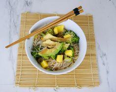 Nouilles de riz, avocat et mangue Menu, Vegan, Ethnic Recipes, Food, Rice Noodles, Peanut Butter, Exotic Fruit, Lawyer, Eten