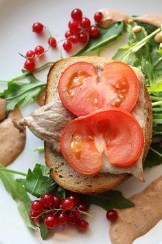 Schab na grzance to danie łatwe, szybkie i proste. Jednak dodając świeżej czerwonej porzeczki danie to zmienia się w piękną opowieść pełną słońca, ciepła, słodkiej cierpkości połączonej z miłością smaku i sztuki kulinarnej....