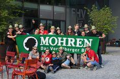 """Biermarathon FH Vorarlberg Am Samstag hat ÖH FH Vorarlberg mit den BA, Ma Studierenden und Incomings den Biermarathon durchgeführt. Aufgabe der Studierenden war es von der FH über den Zansenberg, in zweier Teams, eine Kiste Mohren zu transportieren und zu Trinken. Beim Zieleinlauf mussten, die zwanzig Flaschen gelehrt sein. Kurioses während dem Wettbewerb:"""" Bierkiste wurde verloren, Rucksack wurde vergessen, und die Strecke zweimal gelaufen, Teams haben sich verlaufen u.ä. Es hatten alle… Marathon, Wrestling, Sports, To Study, Left Out, Flasks, Drinking, Lucha Libre, Hs Sports"""
