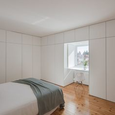 Modern Heritage Homes: White minimalist bedroom with hidden floor to ceiling wal. Modern Heritage Homes: White minimalist bedroom with hidden floor to ceiling wall storage and window detail in the Sao Francisco House by FPA Closet Bedroom, Home Bedroom, Bedroom Wall, Bedroom Decor, Modern Bedroom Design, Decor Interior Design, Bedroom Designs, Casa Milano, Blue Rooms