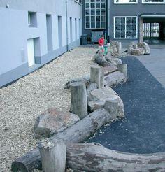 Liggende stammen met stenen -  - Klik voor een grotere foto