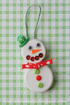 Seashell Christmas Ornaments, Noel Christmas, Personalized Christmas Ornaments, Handmade Christmas, Plastic Bottle Tops, Plastic Bottle Crafts, Plastic Caps, Bottle Top Crafts, Bottle Cap Magnets