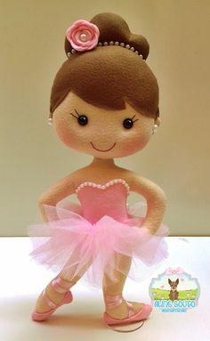 Produto artesanal confeccionado em feltro.  Ideal para decoração de festas, quarto infantil ou para presentear alguém especial.    - Bailarina em feltro  - 35 cm de altura  - Valor refere-se a uma unidade e varia conforme o tamanho.  - Posição da bailarina, tom de pele, cor de cabelo, e cor de ro... Fabric Dolls, Paper Dolls, Sewing Toys, Sewing Crafts, Felt Crafts, Diy And Crafts, Homemade Kids Toys, Kids Bedroom Designs, Crochet Rabbit