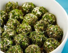 Kulki serowo-ziołowe 500 g białego twarogu półtłustego o kremowej konsystencji 8-10 suszonych pomidorów z oleju 1 pęczek tymianku 1 pęczek oregano 1 pęczek bazylii sól pieprz oliwa