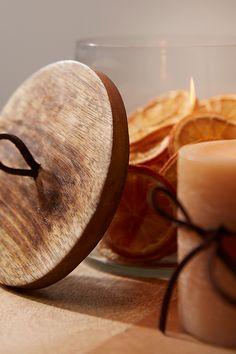 Aporta un toque de encanto y elegancia a tus celebraciones con accesorios únicos. Como esta caja de cristal y tapa de madera que aportará naturalidad a tu decoración. Para aún más autenticidad, introduce en su interior una guirnalda luminosa o una pequeña planta. #diseño #deco #decoración #navidad #accesorios