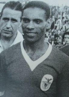 Espírito Santo (Lisboa,30 de Outubro de 1919—Lisboa,25 de Novembro de 2012) foi um futebolista internacional português, também praticante de atletismo (salto em altura, salto em comprimento e triplo salto.Como jogador de futebol representou sempre o SLBenfica (1936-1949).Sagrou-se 4 vezes campeão nacional, venceu 3 Taças de Portugal e 1 Campeonato de Lisboa.Marcou mais de 150 golos em 14 épocas.Foi recordista das três especialidades de saltos e conquistou vários títulos de campeão nacional.