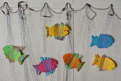Teimme toisen luokan oppilaiden kanssa paperikudontakaloja. Vaikka kalat tehtiin samalla kaavalla, niistä tuli ihanan ilmekkäitä ja persoona... Art For Kids, Crafts For Kids, Arts And Crafts, Paper Crafts, Fish Crafts, Art Activities, Spring Crafts, Science And Nature, Fun Projects