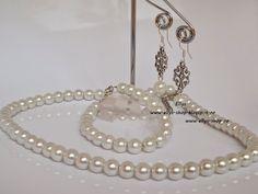 Ellys Shop: Set colier, bratara si cercei perle albe si acceso... Pearl Necklace, Pearls, Handmade, Shopping, Jewelry, Fashion, Fimo, String Of Pearls, Moda