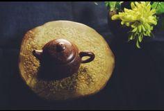 一把壺一個人一個下午 沈默也是種語言~ One teapot one person one afternoon. Deep silence is also another type of language. Art Asiatique, Tea Culture, Chinese Words, Tea Art, Chinese Tea, Tea Time, Pear, Fruit, Desserts