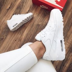 Nike Air Max White, White Nike Shoes, Nike Air Shoes, Tenis Nike Air Max, Zapatillas Nike Air, Dad Shoes, Girls Shoes, Souliers Nike, Aesthetic Shoes