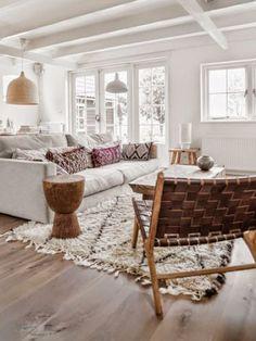 Salón decorado en tonos neutros con suelo de madera