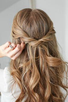 Half Up Twist Braid Knot - Best short haircuts for curly hair trends Half Up Half Down Hair Tutorial, Braid Half Up Half Down, Half Braid, Braided Half Up, Knot Braid, Elegant Hairstyles, Twist Hairstyles, Down Hairstyles, Pretty Hairstyles
