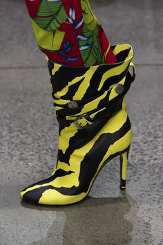 Jeremy Scott Ready To Wear Spring Summer 2020 New York Source by fashion 2020 Fashion 2020, New York Fashion, Fashion Trends, Boots Of Spanish Leather, Walk This Way, Jeremy Scott, Spring Street Style, Summer Trends, Shoe Art