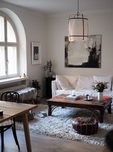 Lempiasioitani olohuoneessa: Marianne Niemisen maalaus ja Gervasonin Ghost -sohva. Ay Illuminaten valaisimen ja Normann Copenhagenin ruokapöydän olen ostanut ystäviltä. Kaappi, tuolit, sohvapöytä ja koriste-esineet kirppiksiltä. Penkki on Granitista ja vuosia vanha matto aikoinaan Stockmannilta. Illuminati, Small Apartments, Sofa Bed, House Colors, Garden Inspiration, Copenhagen, Oversized Mirror, Sweet Home, Lounge