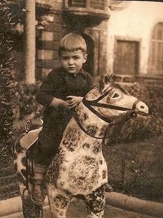 Nació el 26 de julio de 1876. Es hijo de Antonio Machado y Álvarez , y Ana Ruiz. Pasó toda su infancia en la capital andaluza  (Sevilla).