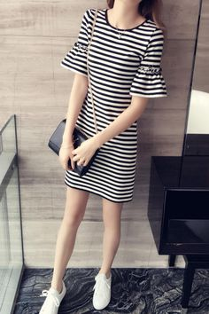 Check out this really pretty striped dress on Meilishuo that was going for 230 RMB, but now just costs 69 RMB or about just US$10.50!  Meilishuo is great place for looking for trendy and fashionable female apparel from China at bargain prices. It's a website that places particular emphasis on stylishness and so it's a real haven for the fashion conscious female shopper to shop online.   Buy and ship from Meilishuo using Chinaebuys by visiting www.chinaebuys.com.   条纹宽松显瘦短袖连衣裙