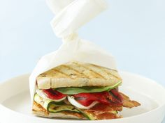 Das feine Brot bringt Mittelmeer-Feeling auf den Teller! Mediterranes Sandwich - smarter - Kalorien: 337 Kcal - Zeit: 30 Min. | eatsmarter.de