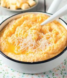 Polenta is grof gemaalde geelmieliemeel en word veral in Italiaanse kookkuns gebruik. Dis ook wonderlike trooskos. Deur Vickie de Beer. Real Food Recipes, Dessert Recipes, Cooking Recipes, Yummy Food, Desserts, South African Dishes, South African Recipes, Braai Recipes, Polenta Recipes