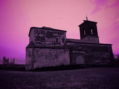 Caudilla. La Iglesia ha sido tapiada para evitar profanaciones y visitas de grafiteros. El retablo de la Adoración  de los Reyes esta en Menasalbas y el resto de objetos de valor en la iglesia de Val de Santo Domingo..