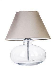 Lampa stołowa renomowanej firmy 4Concepts. Podstawa lampy wykonana ze szkła bezbarwnego pogrubianego punktowo, tzw. ''głęboki optyk''. Gniazdo żarówki ze stali nierdzewnej. Przewód bezbarwny w pvc z przełącznikiem i wtyczką. Abażur wykonany z delikatnego materiału podklejanego pvc zapewniający przenikanie światła.