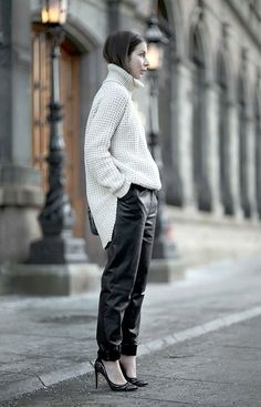 giant turtlenecks and loose leather trousers Looks Street Style, Looks Style, Style Me, Look Fashion, Womens Fashion, Street Fashion, Fashion Models, Leather Trousers, Mode Inspiration