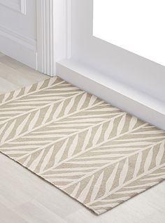 Un design signé Samantha Pynn en exclusivité pour Simons Maison     Égayez votre plancher de cuisine avec ce charmant tapis en deux formats à motif de plumes gris tourterelle et ivoire.    Tissage pur coton lavable à la machine   60x90 cm   Format 75x215 cm également disponible