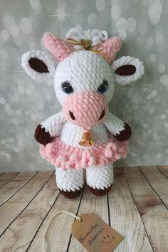 PDF Мастер-класс по вязанию буренки Тины амигуруми из плюшевой пряжи #схемыамигуруми #амигуруми #вязаныеигрушки #вязаныйбык #быккрючком #amigurumipattern #amigurumi #crochetbull #crochetpattern #crochettoy #amigurumitoy #amigurumibull Amigurumi Doll Pattern, Easy Crochet Patterns, Hello Kitty, Plush, Teddy Bear, Dolls, Knitting, Baby, Gifts