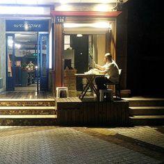 Lo spiedino di mezzanotte #myphoto #cronachecinesi #food #cigarette #night #fame #portrait #streefood #streetphotography #travelgram #travelcathay #hangzhou #zhejiang #china🇨🇳