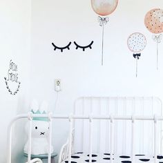 Prachtig kamertje van @gwenkrijnen👌🏻👌🏻 Sleepy eyes en ballon muursticker uit de shop #mevrouwaardbei #muurstickers #sleepyeyes #kidsstyle #kinderkamer #kinderzimmer #kinderkamerstyling #kidsroom #kidsdecor #balloons