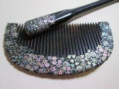 Japanese Antique comb 本鼈甲桜貝青貝の四季花螺鈿細工の櫛 Japanese Kimono, Japanese Art, Lacquer Furniture, What In My Bag, Hair Ornaments, Box Art, Hair Comb, Hair Pins, Arts And Crafts