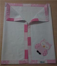 Cueiro em flanela com barrado e aplique em tecido 100% algodão. *As cores ou estampas para o viés podem ser escolhidas e o tema para o aplique pode ser personalizado. Consulte disponibilidade. R$ 46,90