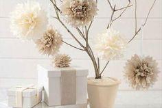 Idea deco: mini árbol de Navidad DIY hecho con ramas secas y pompones de papel de seda #ideas #decoracion #Navidad
